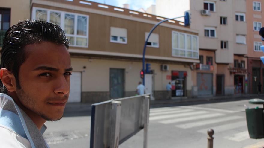 Samir camina por las calles de Melilla/ G. S.