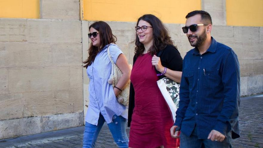 De izquierda a derecha, Nazareth Martín, Raquel Romero y uno de los negociadores manchegos, Mario Herrera