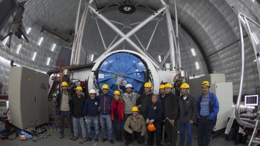 Los equipos de Emir y Grantecan que participaron en las maniobras de instalación del instrumento en el Gran Telescopio Canarias, tras finalizar las mismas. Créditos: Daniel López / IAC.