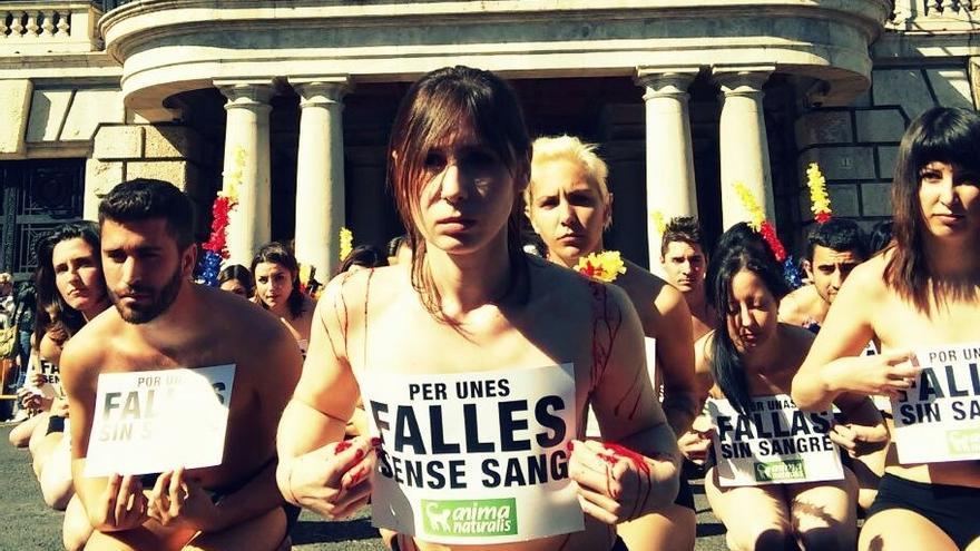 Los activistas han protestado ante el Ayuntamiento de Valencia antes de la 'mascletà'