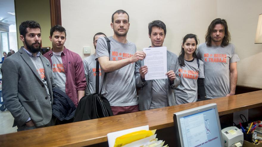 Miembros de la Oficina Precaria y Podemos presentan medidas contra la precariedad en las prácticas | Flickr de Podemos