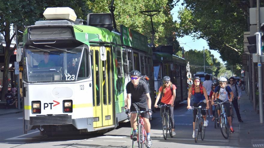 Tranvías y bicicletas coexistiendo con coches en el centro de Melbourne.