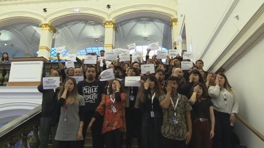 """Los representantes del cine chileno quisieron tomarse una foto de familia en la escalinata del recinto que acoge el evento y aprovecharon para mostrar pancartas con lemas como """"No a la impunidad"""" y """"Nueva Constitución para Chile""""."""