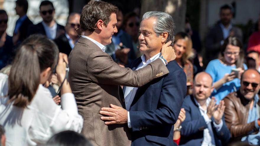 El presidente de Ciudadanos, Albert Rivera, abraza al ex vicepresidente de Coca Cola Marcos de Quinto en su presentación como número 2 de la lista de candidatos de Ciudadanos en Madrid a las Elecciones Generales.