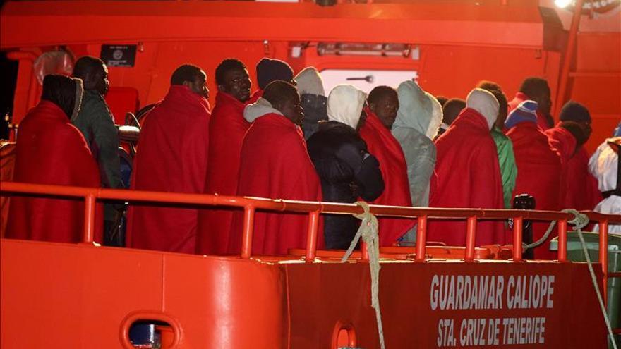 Salvamento Marítimo busca una patera con 23 personas, entre ellas tres niños