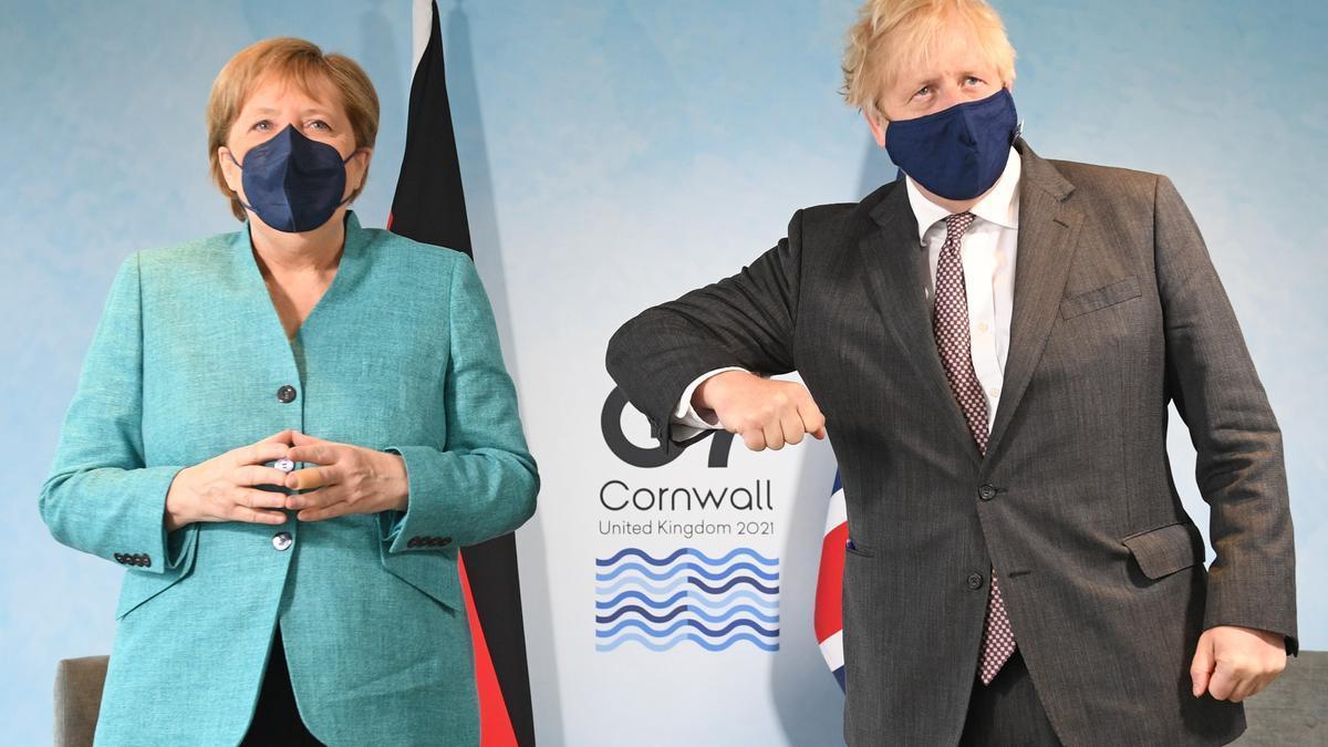 12 de junio de 2021, Reino Unido, Carbis Bay: el primer ministro británico, Boris Johnson (derecha), mantiene una reunión bilateral con la canciller alemana, Angela Merkel, al margen de la cumbre del G7 en Cornualles, que se celebra del 11 al 13 de junio.