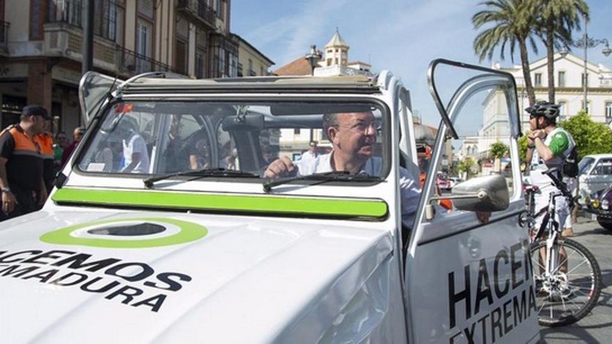 """Monago conduce un """"dos caballos"""" con el logo de su campaña en Mérida / Twitter @HacemosExt"""