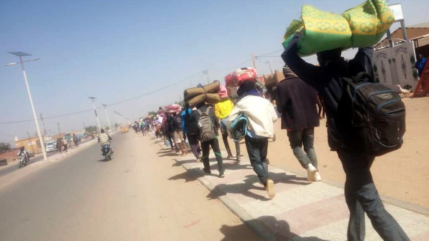 Refugiados sudaneses llegando a las oficinas de ACNUR después de abandonar el campo caminando en señal de protesta