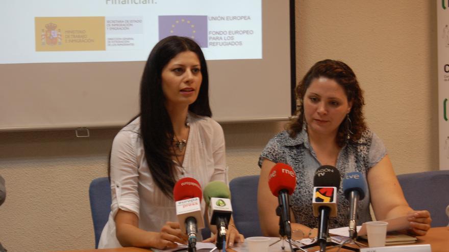 Rudaina Al-kindi, solicitante de asilo siria, (derecha) relata su historia con el apoyo de una traductora./ CEAR