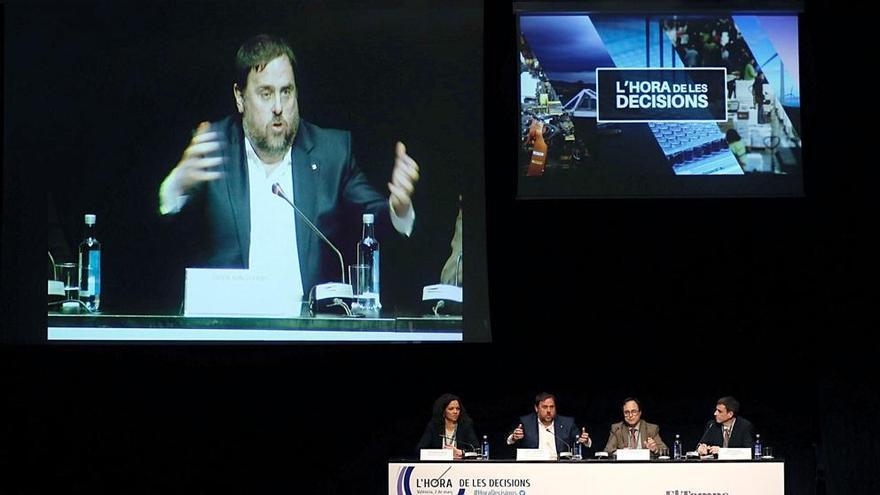 El vicepresidente catalán Oriol Junqueras, junto al conseller valenciano de Hacienda, Vicen Soler, interviene en el foro 'L'hora de les decisions'