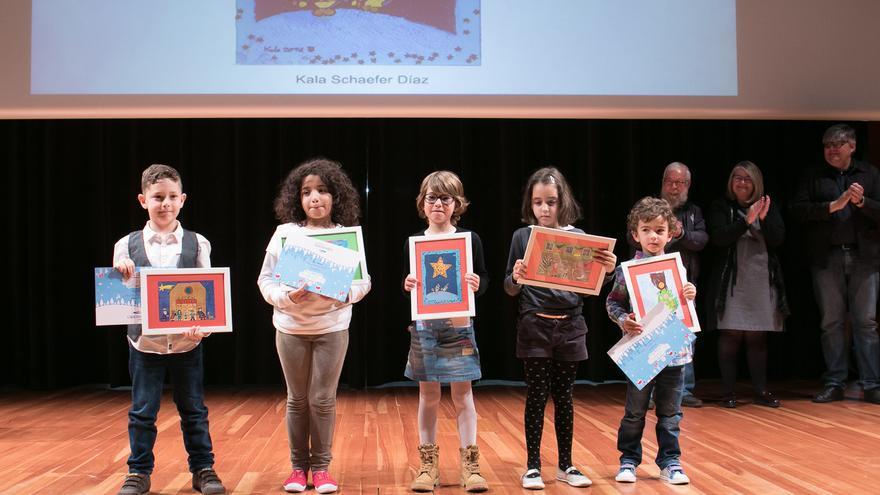 Algunos de los premiados, junto a sus postales navideñas
