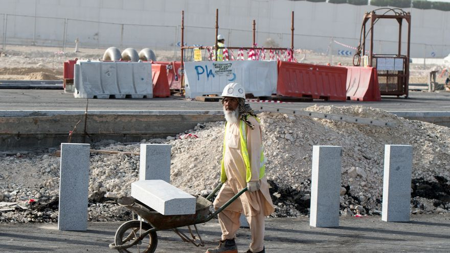 Un trabajador de las infraestructuras que construye Qatar para el Mundial 2022 / EFE