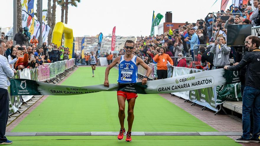 El atleta lanzaroteño José Carlos Hernández entrando a meta en la distancia de 21k del Cajasiete Gran Canaria Maratón.