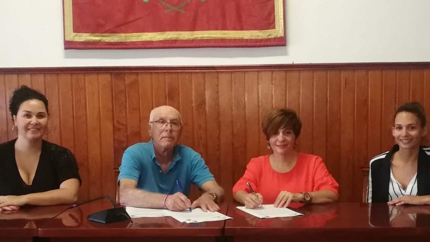 Un momento de la firma del convenio con AFA La Palma.