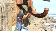 La emblemática escultura del Peine del Viento, atacada con pintura de lazos amarillos hace unos meses, declarado bien cultural
