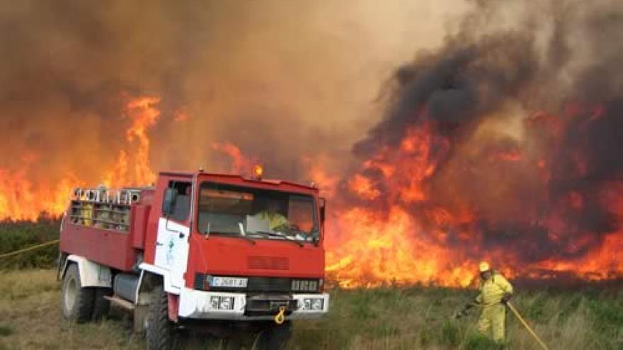 Brigadista luchando contra el fuego en un incendio en Galicia