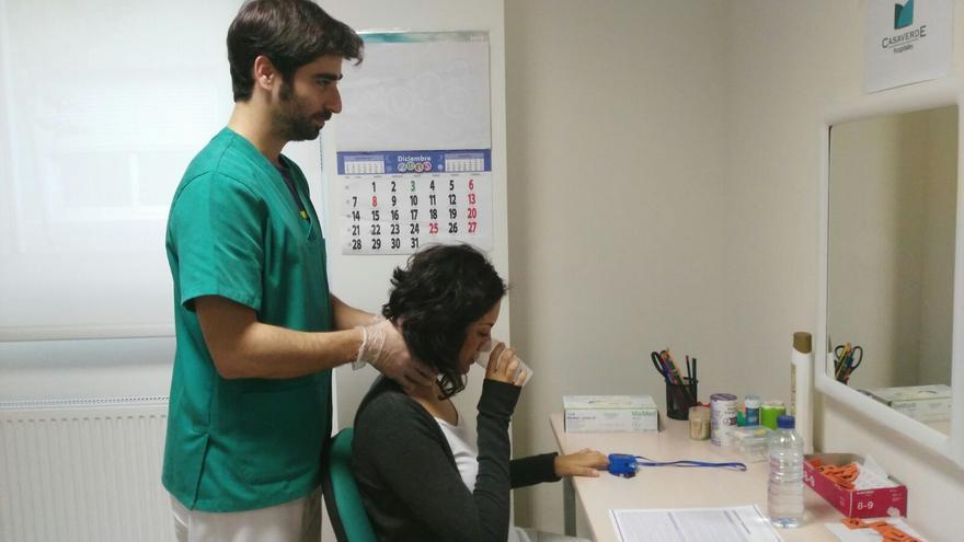 Un logopeda trabaja con una paciente una parálisis facial / Almudena Valle