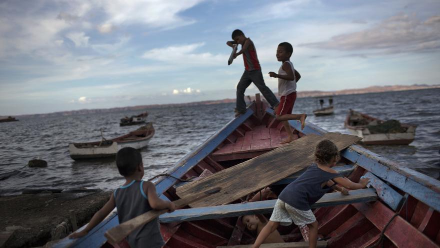 Un grupo de menores juega a piratas en un barco pesquero en Cumana, estado de Sucre, Venezuela.