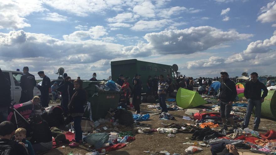 Familias de refugiados en condiciones de insalubridad en Roeszke, de donde algunas intentan escapar para evitar ser registradas / Olga Rodríguez