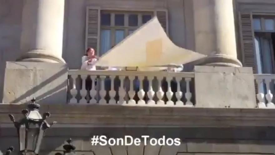 Ciudadanos quita los lazos amarillos del edificio del Ayuntamiento de Barcelona
