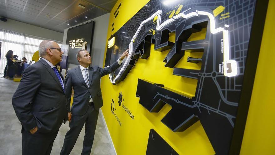 Agusto Hidalgo, alcalde de Las Palmas de Gran Canaria, y Miguel Ángel Rodríguez, gerente de Guaguas,  observan un mapa de la nueva instalación de la MetroGuagua.