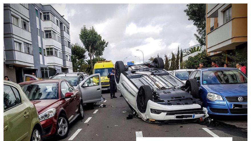 Vehículo volcado en medio de la calle, el causante del accidente