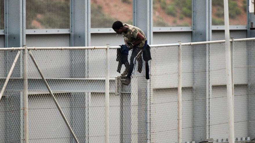 La Guardia Civil devuelve en caliente a un hombre tras saltar la valla de Ceuta