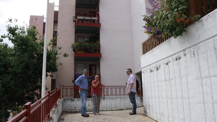 El alcalde de Santa Cruz de La Palma, Sergio Matos, y el concejal de Urbanismo y Vivienda, Víctor Francisco, han visitado recientemente la  urbanización Benahoare en compañía de miembros de Adfilpa).