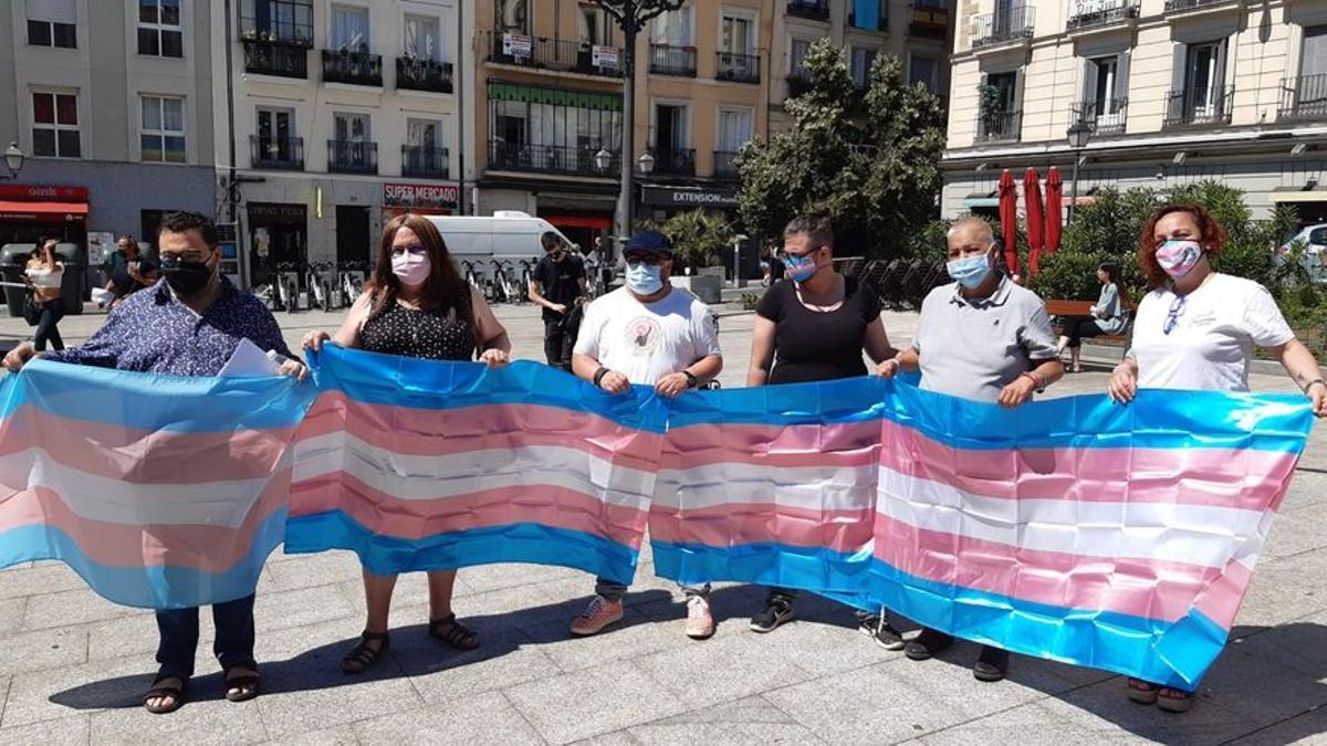 Representantes de los colectivos LGTBI durante la rueda de prensa de este lunes en la plaza de Pedro Zerolo (Madrid)
