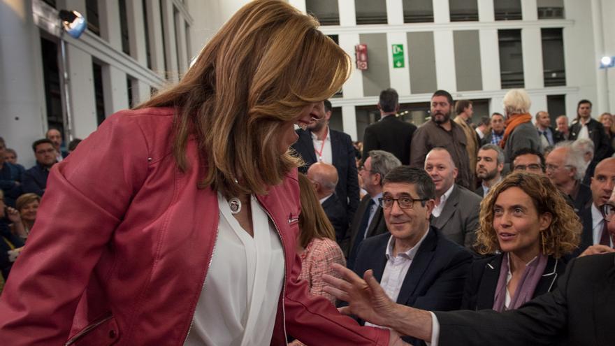 Susana Díaz saluda en el homenaje a Chacón, ante la mirada de Patxi López y Meritxell Batet