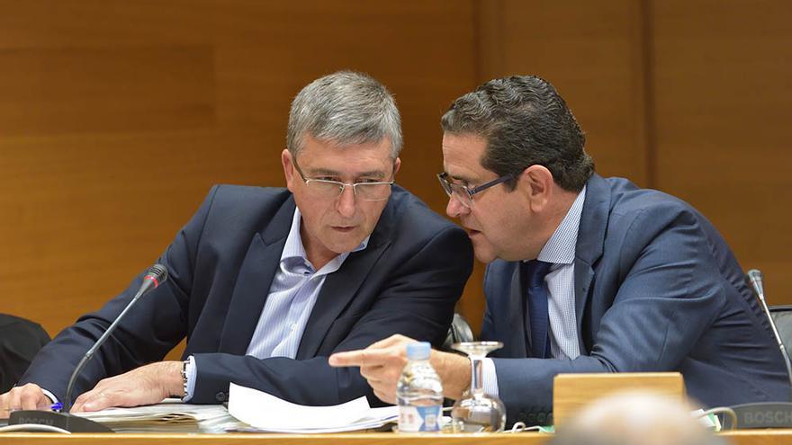 El conseller de Industria, Rafa Climent, dialoga con el popular Jorge Bellver en las Corts