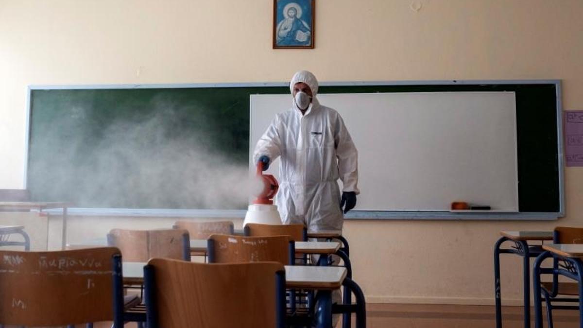 Desinfección de un aula escolar durante la pandemia de coronavirus