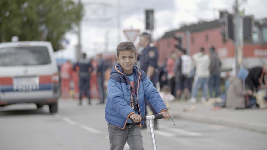 Hamude, niño sirio refugiado, juega con su patinete. Frame del documental 'Nacido en Siria'.