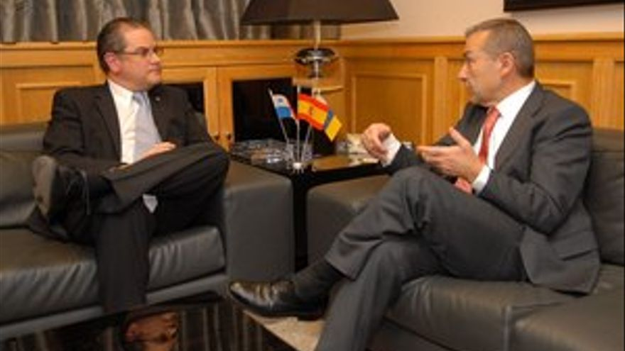 Paulino Rivero, junto al embajador panameño en España, Álvaro E. Tomas. (ACFI PRESS)