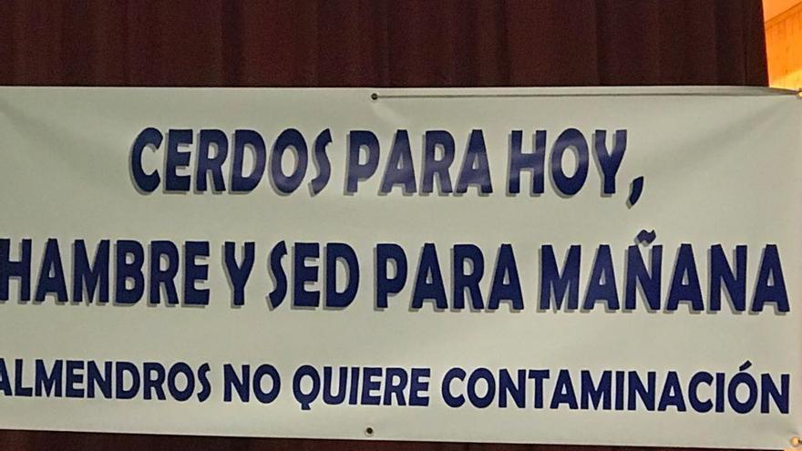 Pancarta colocada ayer en el Centro Cívico de Almendros (Cuenca)