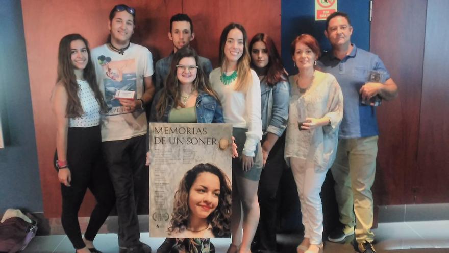 Alumnos y alumnas de Bachillerato de Artes Escénicas Música y Danza de la Escuela de Arte Manolo Blahnik que han realizado el cortometraje 'Memorias de un sonero' con dos profesores..