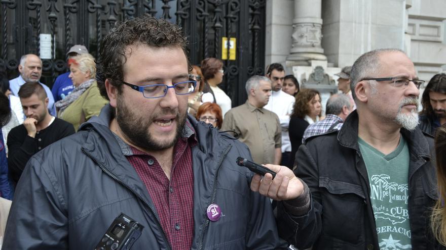 El portavoz de Ganemos Santander Sí Puede, Antonio Mantecón, en rueda de prensa.   Rubén Vivar