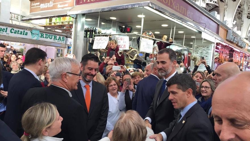 El rey Felipe VI saluda a unas vendedoras en el Mercado Central de Valencia