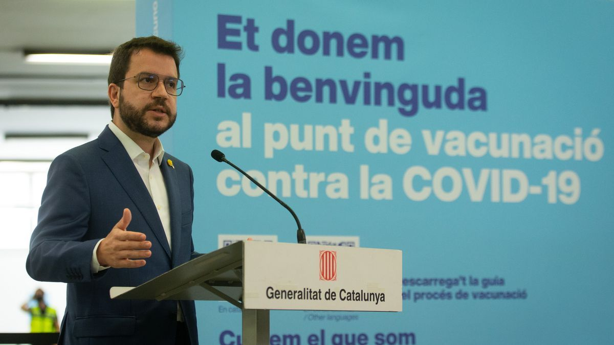 El presidente de la Generalitat, Pere Aragonès, atiende a los medios tras cecibir la primera dosis de la vacuna contra la COVID-10, en el recinto de Fira de Barcelona, antes de visitar las instalaciones de este punto de vacunación.  EFE/ Enric Fontcuberta