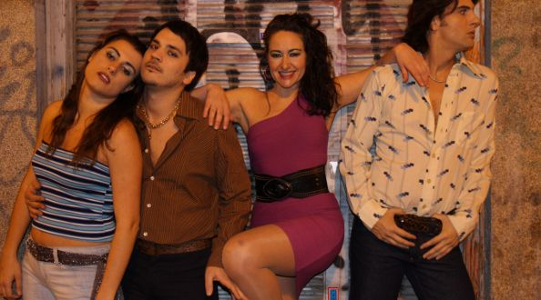 Los intérpretes de 'Discotheque', vestidos para actuar