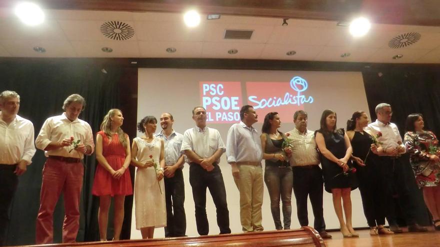 Patricia Hernández (tecera por la derecha) con los socialistas palmeros, este viernes.