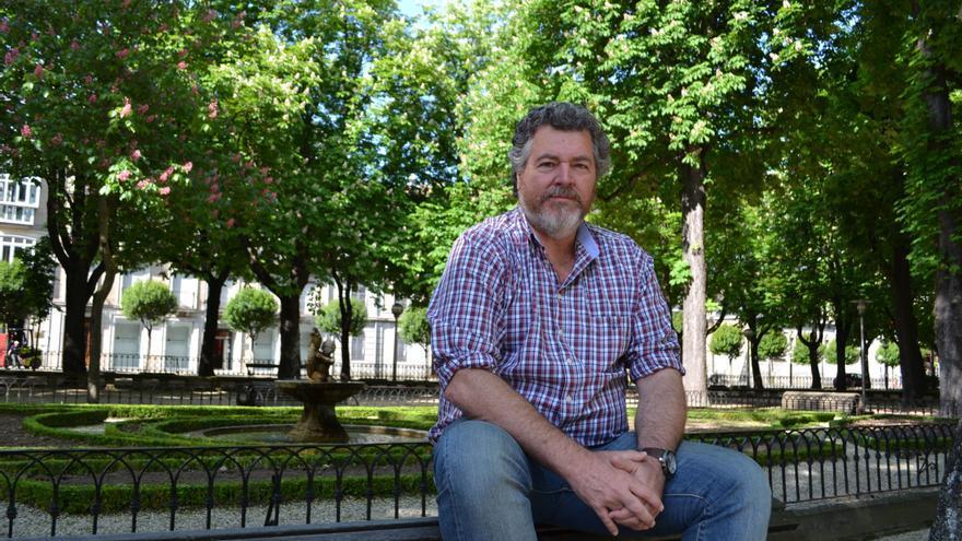 El candidato de Unidas Podemos, Juantxo López Uralde, en un parque de Vitoria.