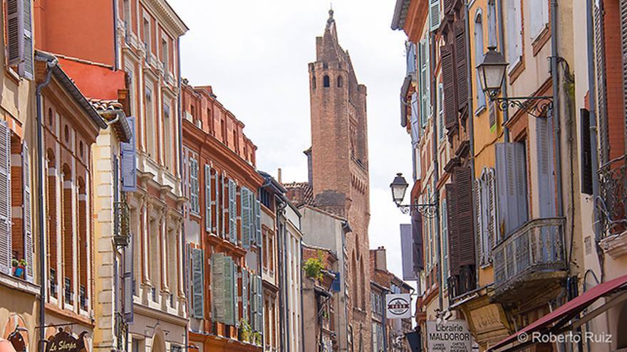 Las calles de Toulouse con la iglesia de Notre-Dame du Taur al fondo