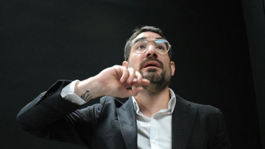 Solimán López plasma en su obra la revolución tecnológica que vive la sociedad