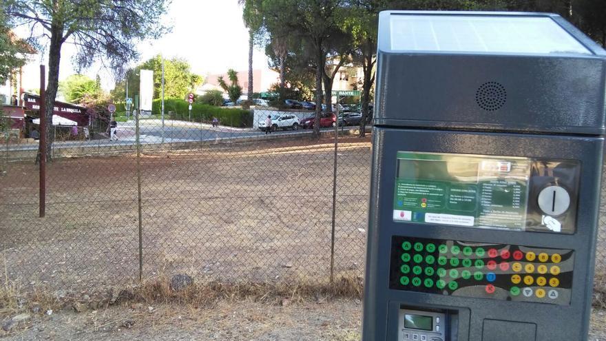 Una de las máquinas de control, con la calle de acceso al hospital al fondo.