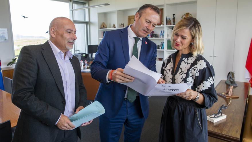 Guillermo Blanco, Verónica Samperio y Alfredo Rodríguez durante la reunión.   MIGUEL LÓPEZ