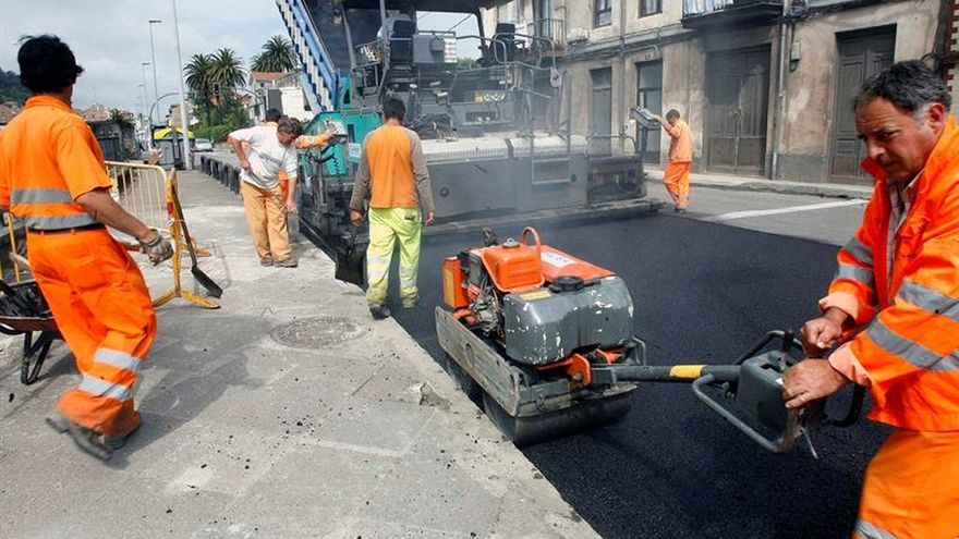 Imagen de archivo de un grupo de trabajadores durante el asfaltado de una calle.