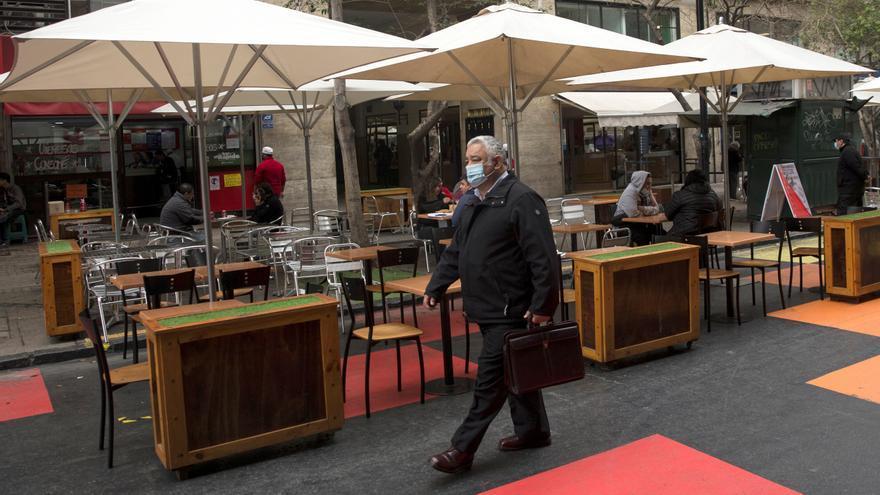 Chile mantiene tasa de positividad inferior al 5 % y suma un millar de casos