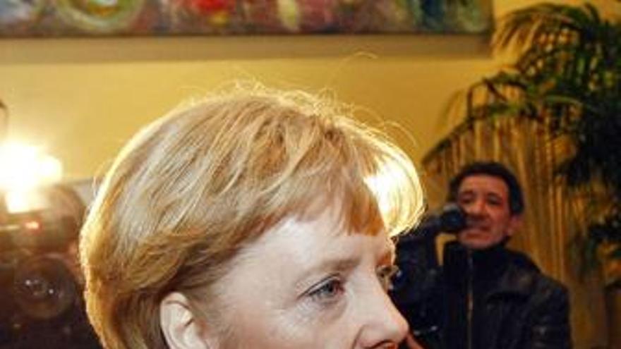 Merkel obtendría la victoria y una mayoría ajustada para gobernar con los liberales