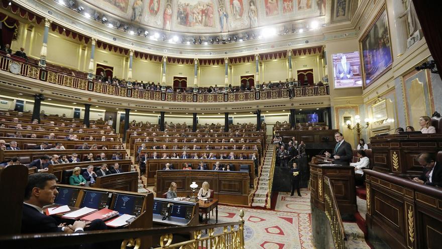 Pedro Sánchez escuchando el discurso de Mariano Rajoy durante el debate de la moción de censura.